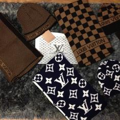 Set Louis Vuitton (caciula/fes+fular) colectie IANUARIE 2017 (3 modele) - Fes Barbati Louis Vuitton, Marime: Marime universala, Culoare: Bleumarin, Maro