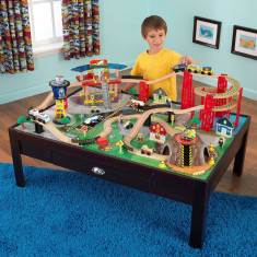 Set trenulet din lemn Waterfall Junction KidKraft cu masa de joaca avion tunel