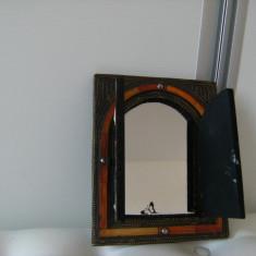 Oglinda veche de perete,tip dulapior,decorata cu alama si lemn, motive orientale