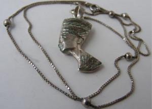 Lant si medalion pandantiv vechi din argint NEFERTITI