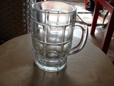 Halba veche de bere din sticla foto