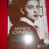 LA APA VAVILONULUI - MONICA LOVINESCU - Roman, Humanitas