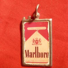 Medalion Reclama vechi Marlboro ,metal si email ,dim.= 1,8x2,8 cm