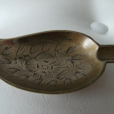 Scrumiera veche din alama aurita  forma de frunza marcata India,  de colectie.
