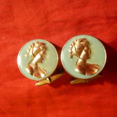 Pereche Butoni de camasa cu camee aurita, metal si email, d= 2, 2 cm
