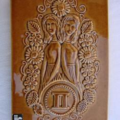 Placheta JIE din ceramica emailata cu zodia gemeni semnata de design-ul AIMO - Arta Ceramica
