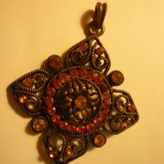 Medalion vechi frumos lucrat in filigram ,cu pietricele ,diagonala 5,3 cm