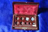 Cutie greutăţi fine folosite pentru cântărirea aurului,argintului.Pentru Balanta