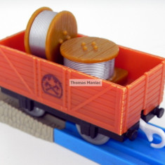 TOMY - Thomas and Friends - TrackMaster - Vagon maro incarcat cu role de sarma - Trenulet Tomy, Vagoane