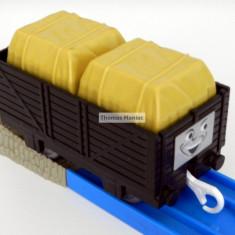 TOMY - Thomas and Friends - TrackMaster - Vagon negru incarcat 2 cutii galbene - Trenulet Tomy, Vagoane