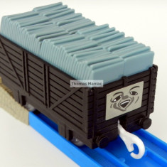 TOMY - Thomas and Friends - TrackMaster - Vagon negru incarcat cu sisturi gri, Vagoane