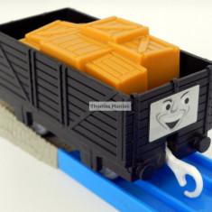 TOMY - Thomas and Friends - TrackMaster - Vagon negru cu cutii portocalii, Vagoane