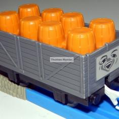 TOMY - Thomas and Friends - TrackMaster-Vagon gri incarcat cu butoaie portocalii - Trenulet Tomy, Vagoane