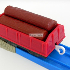 TOMY - Thomas and Friends - TrackMaster - Vagon rosu incarcat cu trei busteni - Trenulet Tomy, Vagoane