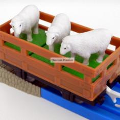 TOMY - Thomas and Friends - TrackMaster - Vagon maro incarcat cu trei oite - Trenulet Tomy, Vagoane