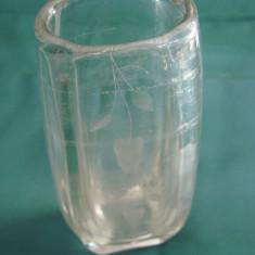 Frumoasa vaza din sticla gravata - Vaza sticla