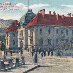 PIATRA NEAMT, PALATUL ADMINISTRATIV CU STATUILE ; COL.ROZNOVANU SI E. COSTINESCU - Carte Postala Moldova dupa 1918, Circulata, Printata