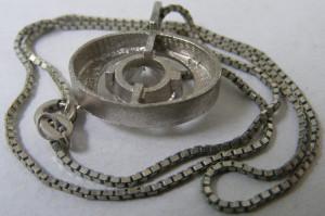 Lant si medalion pandantiv oval vechi din argint cu piatra alba
