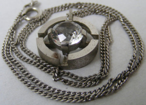 Lant si medalion pandantiv rotund vechi din argint cu piatra alba