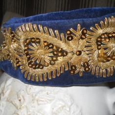 Fes brodat cu paiete si fir auriu, port popular Banat - Fes Barbati, Marime: 58, Culoare: Multicolor