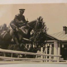 GE - Fotografie foto veche ofiter roman calarie concurs obstacole, Alb-Negru, Militar, Romania 1900 - 1950