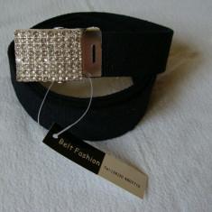 Curea panza de culoare neagra cu catarama metalica argintie cu pietricele multe