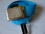 Curea panza albastru deschis cu catarama metalica argintie cu pietricele multe