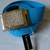 Curea panza albastru deschis cu catarama metalica argintie cu pietricele multe - Curea Barbati, Marime: Marime universala, Culoare: Din imagine