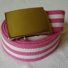 Curea panza de culoare roz deschis cu linii albe cu catarama metalica argintie