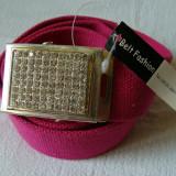 Curea panza roz inchis cu catarama metalica argintie cu pietricele multe - Curea Barbati, Marime: Marime universala, Culoare: Din imagine