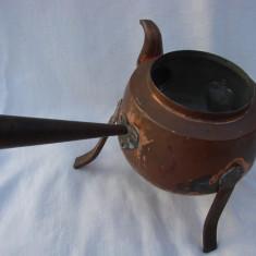 Ceainic din cupru fara capac cu trei picioare si maner din fier, Vase