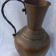 Carafa mare din cupru lucrata manual cu maner din fier forjat - Metal/Fonta, Ornamentale