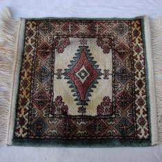 Covoras tip persan cu dimensiunile de 45 x 32 cm