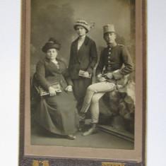 CALITATE! FOTOGRAFIE PE CARTON 17 X 11 CM BUDAPESTA, OFITER HUSARI ANII 1900, Alb-Negru, Portrete, Europa