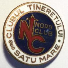 ROMANIA INSIGNA CLUBUL TINERETULUI NORD CLUB SATU MARE - 25 mm **, Romania de la 1950