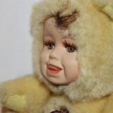 Papusa expresiva imbracata de ursulet, fata de ceramica, deosebita