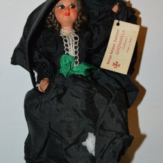 Papusa etno suvenir din Malta costum traditional femeiesc GHONELLA (Faldetta)