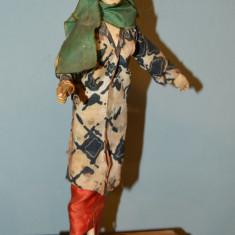Papusa antica de colectie, decor, costum traditional si esarfa, pe suport, 29 cm - Papusa de colectie
