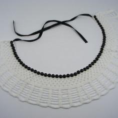 Guler crosetat manual de dama alb cu perle negre Buticcochet - Colier fashion