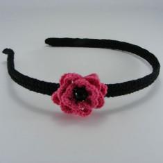 Cordeluta neagra cu floare roz bonbon si perla neagra de dama crosetata manual Buticcochet - Coronita