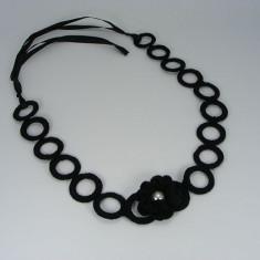 Colier negru cu floare si perla alba de dama crosetat manual Buticcochet - Colier fashion