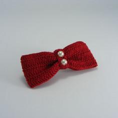 Clama de par cu funda rosie si perle albe de dama crosetata manual Buticcochet