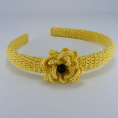 Cordeluta galbena cu floare si perla neagra de dama crosetata manual Buticcochet - Coronita