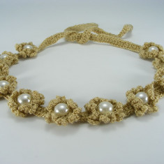 Bentita bej cu flori si perle albe de dama crosetata manual Buticcochet - Coronita