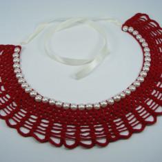 Guler crosetat manual de dama rosu cu perle albe sidefate Buticcochet - Colier fashion