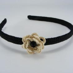 Cordeluta neagra cu floare crem si perla neagra de dama crosetata manual Buticcochet - Coronita