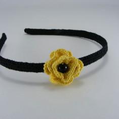 Cordeluta neagra cu floare galbena si perla neagra de dama crosetata manual Buticcochet - Coronita