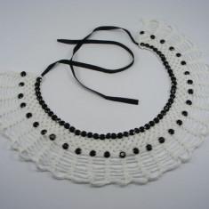 Guler crosetat manual de dama alb cu pietre negre Buticcochet - Colier fashion