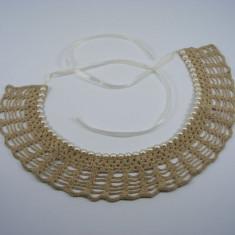 Guler crosetat manual de dama bej cu perle albe sidefate Buticcochet - Colier fashion