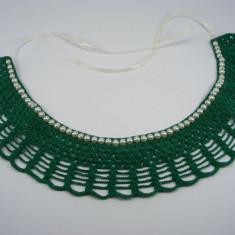 Guler crosetat manual de dama verde cu perle albe sidefate Buticcochet - Colier fashion